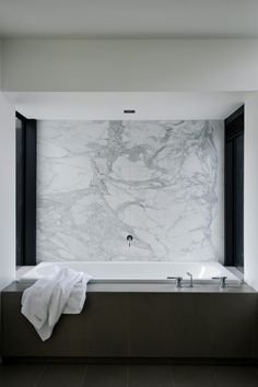 marble bath / Daniel Marshall Architects