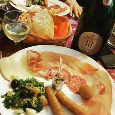 Today pre-dinner... Franciacorta by Berlucchi and Italian food! @vininorden #franciacorta #Berlucchi #sparkling #sparklingwine #wine #aperitivo #salami #ham #wine #winelovers #softcheese #salad #cheese #hvidvin #pin #fb #tw #Torsdag #salami #salat #mousserende #vin #middag #træthed