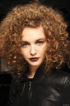 A umectação é feita à base de óleos vegetais e, além de nutrir, ajuda a recuperar os cabelos danificados e pontas duplas, principalmente, nos fios cacheados que sofrem com o ressecamento natural por conta do formato dos cachos