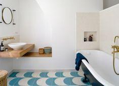 Poutres blanchies et cheminée dans un appartement parisien
