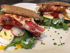 Sunny+Sandwich+mit+Bacon+Eggs #waskochen Bacon Egg, Snacks, Sandwiches, Brunch, Eggs, Food, Delicious Dishes, Tomatoes, Easy Meals