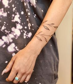 17 Fall Inspired Tattoos That Show The Dreamiest Fall Leaves - . - 17 fall-inspired tattoos that show the dreamiest autumn leaves – autumn is in full swing and we&# - Fall Leaves Tattoo, Autumn Tattoo, Pretty Tattoos, Beautiful Tattoos, Wolf Tattoo Design, Tattoo Designs, Leaf Tattoos, Sleeve Tattoos, Flower Vine Tattoos