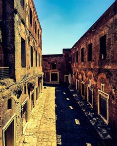 #roma #rome #italia #italy #italie #europe #symmetry #light #darkness #shadow #shade #symetrie #bluesky #bricks #brique #romantic…