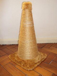 Material   - cone de PVC de 50 cm   - pelúcia (1/2 metro dá e sobra)   - corda de sisal   - cola branca Cascorez extra   - pregos pequ...