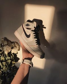 Lights - La Nike Air Jordan 1 Retro High OG Defiant Nike SB Light Bone est disponible sur Margarita Source by larzwi - Nike Sb, Jordan Shoes Girls, Girls Shoes, Jordan Outfits, Air Jordan Shoes, Nike Outfits, Summer Outfits, Cute Sneakers, Sneakers Nike