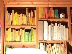 Gule, grønne og kvite bøker.