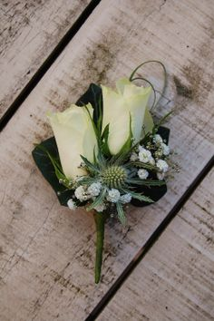 Ouder-  of getuigecorsage. Witte roos, wit gipskruid. www.meesterlijkgroen.nl