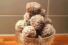 Tjockkockens chokladbollar är bland de mest populära chokladbollarna i LCHF-världen just nu. Otroligt goda och påminner en hel del som vanliga chokladbollar. Innehåller ganska lite kolhydrater, cirka 7-8 på hela satsen och en sats ger mellan 15-20 bollar. Det ger alltså cirka 0,5 gram kolhydrater per boll. Det går bra att utesluta sötningen. Ett tips är att göra ett gäng och sedan frysa in dem i en låda. Ta fram dem en halvtimme innan det är dags för fika så är de perfekta. Recept och bild: ... Junk Food, Italian Tomatoes Recipe, Country Bread, Paleo Dessert, Healthy Sweets, Diy Food, Food Print, Food And Drink, Snacks