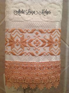 Toalha de visita , bordada a mão , com fio egípcio , pérolas ABS e acabamento em guipir importado. Karsten, Melina , produto de primeira linha .