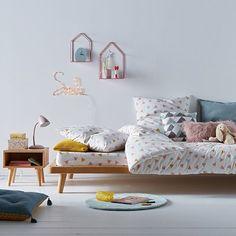 table de chevet enfant vintage en bois naturel avec étagère murale rose. Cette chambre de petite fille est moderne et tendance scandinave.