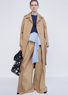 Céline trench look Spring 2016. We like this mood. Every pieces of what she is wearing is quite loose, but pants are the most biggest part of focusing.