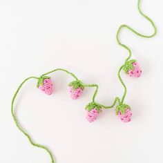 Häkeln A crochet pattern for a sweet strawberry garland Flower Garland Wedding, Flower Garlands, Necklace Types, Diy Necklace, Crochet Woman, Knit Crochet, Human Body Structure, Diy Garland, Crochet Garland