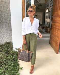 Look pantacourt de linho camisa branca e sandália. Look pantacourt de linho camisa branca e sandália. Mode Outfits, Casual Outfits, Fashion Outfits, Dress Casual, Summer Work Outfits, Spring Outfits, Summer Outfits Women Over 40, Summer Weekend Outfit, Simple Work Outfits