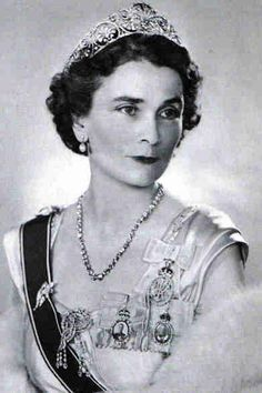 a lovely three-quarters face photo of Princess Alice in the palmette tiara