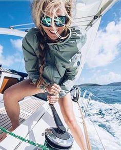 Sailing outfit & segel outfit & tenue de voile & traje de vela & sailing Sailing outfit & segel out Sailing Girl, Sailing Outfit, Sailing Ships, Sailing Style, Ocean Sailing, Classic Sailing, Boating Outfit, Sailboat Art, Sailboat Painting