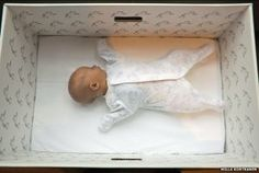 Há 75 anos que as futuras mães da Finlândia recebem uma caixa do Estado. Este «kit» inicial com roupa, lençóis e brinquedos pode até mesmo ser usado como cama.