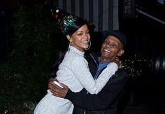 6-Nov-2014 9:58 - RIHANNA VIERT 85STE VERJAARDAG VAN OPA. Rihanna is dol op haar opa. Op Twitter deelt ze regelmatig een schattig kiekje van haarzelf met opa Bravo. Begin deze week mocht hij 85 verjaardagskaarsjes uitblazen en dat liet ze sexy zangeres niet onopgemerkt voorbij gaan. Ze organiseerde een Birthday Bash die hij niet snel meer zal vergeten!...