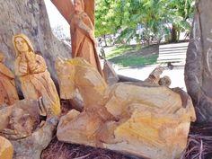 Presépio esculpido na madeira é atração no Largo Santo Antônio, em Cabo Frio