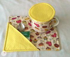MUG RUG é um tapetinho para caneca. Ideal para a hora do chá, cafezinho... Para manter sua mesa, escritório ou criado mudo sempre limpos e decorados. Um ótimo presente para qualquer ocasião. O Kit contém: 1 Tapetinho 20x25cm 1 Protetor de caneca 24x7cm com fechamento em botão e elástico... Easy Sewing Projects, Quilting Projects, Sewing Hacks, Sewing Crafts, Mug Rug Patterns, Quilt Patterns, Sewing Patterns, Glamour Decor, Mug Cozy