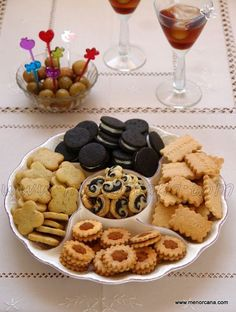 Oreo de aceitunas negras y queso de cabra. Black olive oreo with goat cheese! No Cook Appetizers, Finger Food Appetizers, Finger Foods, My Recipes, Sweet Recipes, Cookie Recipes, Oreos, Salty Foods, Bread Machine Recipes