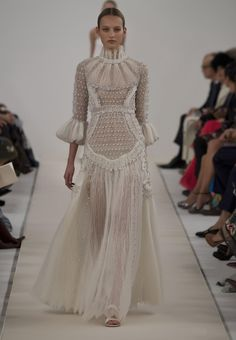 Valentino Haute Couture Show in New York. This is a special collection designed to celebrate the opening of the new flagship store in Fifth Avenue. The all white looks are a reference to Valentino. Style Haute Couture, Couture Fashion, Runway Fashion, High Fashion, Fashion Show, Fashion Design, Couture 2015, Trendy Fashion, London Fashion