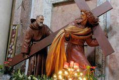 padre pio y jesus llevando la cruz fondo