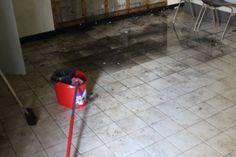 De ruimte met de schakelkasten is schoongemaakt. Vloer & ramen Ramen, Home Appliances, House Appliances, Appliances