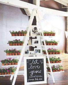 Uma ótima forma de organizar as lembrancinhas e criar um espaço separado para elas de forma que ajudem também na decoração. Aliás essa ideia de presentear com plantas é bem linda não é? Mais ideias de lembrancinhas você acha lá no site: http://ift.tt/1V0CMn6