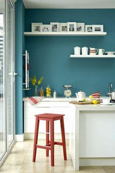 Une peinture de couleur bleu polaire pour relooker une cuisine avec des meubles blancs