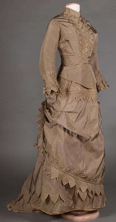 North America's auction house for Couture & Vintage Fashion. Augusta Auctions accepts consignments of historic clothing and textiles from museums, estates and individuals. Victorian Era Dresses, Victorian Era Fashion, 1870s Fashion, Victorian Gown, Victorian Costume, Vintage Dresses, Vintage Outfits, Vintage Fashion, 19th Century Fashion