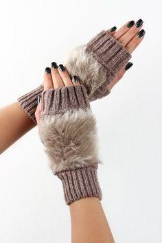 Fur Back Knit Hand Warmers Crochet Mitts, Crochet Gloves, Crochet Granny, Loom Knitting Patterns, Knitting Tutorials, Hat Patterns, Stitch Patterns, Victoria Fashion, Knit Art