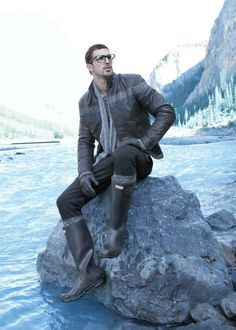 I'm not sure if I can pull it off, but I like mens hunter boots Hunter Boots Fashion, Mens Hunter Boots, Mens Rain Boots, Hunter Boots Outfit, Men Boots, Timberland Fashion, Shoes Men, Fashionable Snow Boots, Mens Gloves