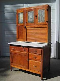 "vintage kitchen hoosiers: what held everything before wall to wall cabinets and why craftsman kitchens are ""small"", at least by todays oversized standards anyway. Kitchen Queen, Kitchen Cupboard, Antique Hoosier Cabinet, Country Kitchen Accessories, Primitive Furniture, Antique Furniture, Craftsman Farmhouse, Antiques For Sale, Cabinet Styles"