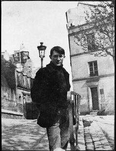Pablo Picasso at  Montmartre, place de Ravignan,1904