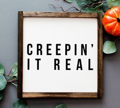 Get ready for Halloween with this funny Halloween themed farmhouse sign. This sign reads Creepin' It Real and is perfect for the Halloween lover. Halloween Tags, Halloween 2018, Halloween Letters, Halloween Wall Decor, Halloween Decorations, Funny Halloween Sayings, Halloween Dorm, Halloween Pumpkins, Halloween Ideas