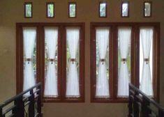 4. Tirai/Gorden Sebagian besar jendela sekarang ini terbuat dari kaca sehingga perlu tirai untuk menjaga privasi di malam hari. Nah, andapun bisa memasang tirai yang sesuai dengan warna dan tekstur tembok. Kalau tidak tentu rumah anda akan menjadi buruk hanya karena tirai yang aneh. Anda dapat memilih tirai bergaris agar sesuai dengan tema rumah minimalis. Dengan demikian antara jendela rumah minimalis dan tirai di belakangnya tampak cantik dan berkombinasi dengan baik.