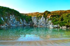 La Plage de Gulpiyuri : une sorte de piscine naturelle à la beauté saisissante en Asturies, Espagne.