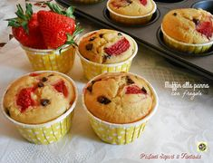 I muffin alla panna con fragole sono i dolcetti più soffici e golosi che abbia mai preparato con la frutta. Ricetta facilissima dal risultato garantito.