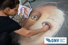 Unknown #artist #painting #face of #Venus (from #Botticelli) on the #pavement by chalk, #Florence, #Italy. Discover #GNV routes in our website:www.gnv.it/en/