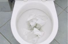 Got a clogged toilet? THIS is how you easily unclog it using only some of cling film! How To Unclog Toilet, Clogged Toilet, Bathroom Paneling, Bathroom Signs, Craft Images, Bathroom Countertops, Toilet Bowl, Bathroom Cleaning, Home Hacks