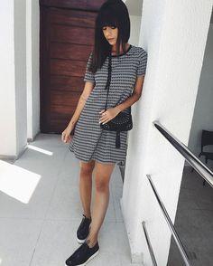 Primeiro look da semana pra começar com pé direito. Vestido lindo da @misskaydesign . O sapato é Zara e a bolsinha da C&A.
