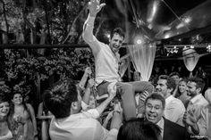 Festa animada tem que ter noivo pro ar - Bruno Negri nas alturas #casamento #fotografia #fabriciosousa #florianopolis #floripa #manana #conceitog #casamentofloripa #weddingparty #wedding #groom #party #festa
