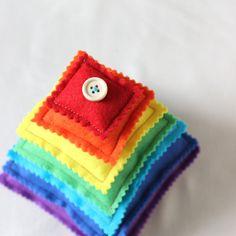 Pyramide Arc-en-ciel / Jeu Montessori / Coussin tactile pour bébé