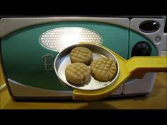 use proportions from video to adapt my flour free PB cookie recipe for Easy Bake Oven This little girl makes these from scratch, a teeny tiny recipe just for Easy Bakes making 9 cookies! Easy Sugar Cookies, Lemon Cookies, Peanut Butter Cookies, Easy Bake Oven Refills, Easy Bake Oven Mixes, Easy Baking Recipes, Oven Recipes, Cooking Recipes, Cooking Ideas