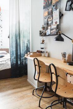 Arbeitsbereich im Schlafzimmer mit Holzbohle als Schreibtisch