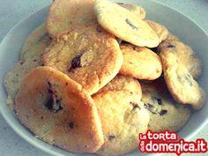 #buongiorno amici! Per rallegrare questa triste domenica invernale vi propongo dei super #cookies americani con gocce di cioccolato! Semplici da fare ma estremamente gustosi!  La #ricetta completa la trovate su qui => http://www.latortadelladomenica.it/recipe/cookies-americani/