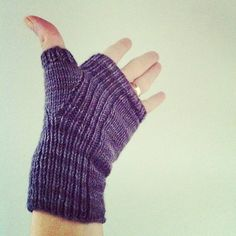 free pattern Ravelry: recipe of the month :: align mitts pattern by Courtney Spainhower Knitting Stitches, Hand Knitting, Knitting Patterns, Hat Patterns, Knitting Tutorials, Knitting Machine, Loom Knitting, Stitch Patterns, Fingerless Gloves Knitted