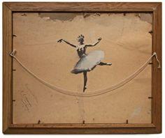 We zijn fan van Banksy en hebben daarom al eerder regelmatig over zijn vette street-art geschreven. Banksy heeft intussen een behoorlijke naam en reputatie en zijn werk is daarom echt geliefd en collector's items te noemen. Hierbij is wat werk van de held te zien dat hij niet op de muren heeft gespoten maar in zijn eigen galerie heeft gemaakt. Je ziet niet alleen zijn werk op canvas maar ook enkele beelden die hij heeft gecreëerd, altijd met zijn bekende signatuur.