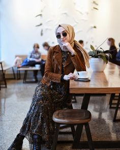 Modern Hijab Fashion, Hijab Fashion Inspiration, Muslim Fashion, Modest Fashion, Fashion Outfits, Casual Hijab Outfit, Hijab Chic, Muslim Girls, Muslim Women