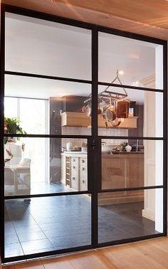 Grote fritsjurgens stalen taatsdeuren met glas een project van g de rooy metaaldesign - Afscheiding glas keuken woonkamer ...